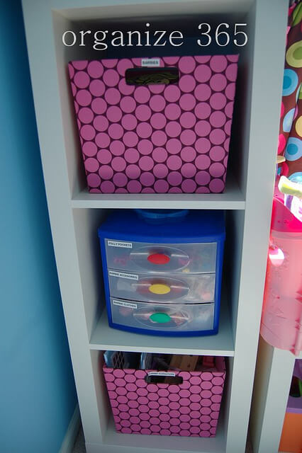 Books | Professional Organizer Lisa Woodruff shares 5 easy ways to organize a girl's bedroom.